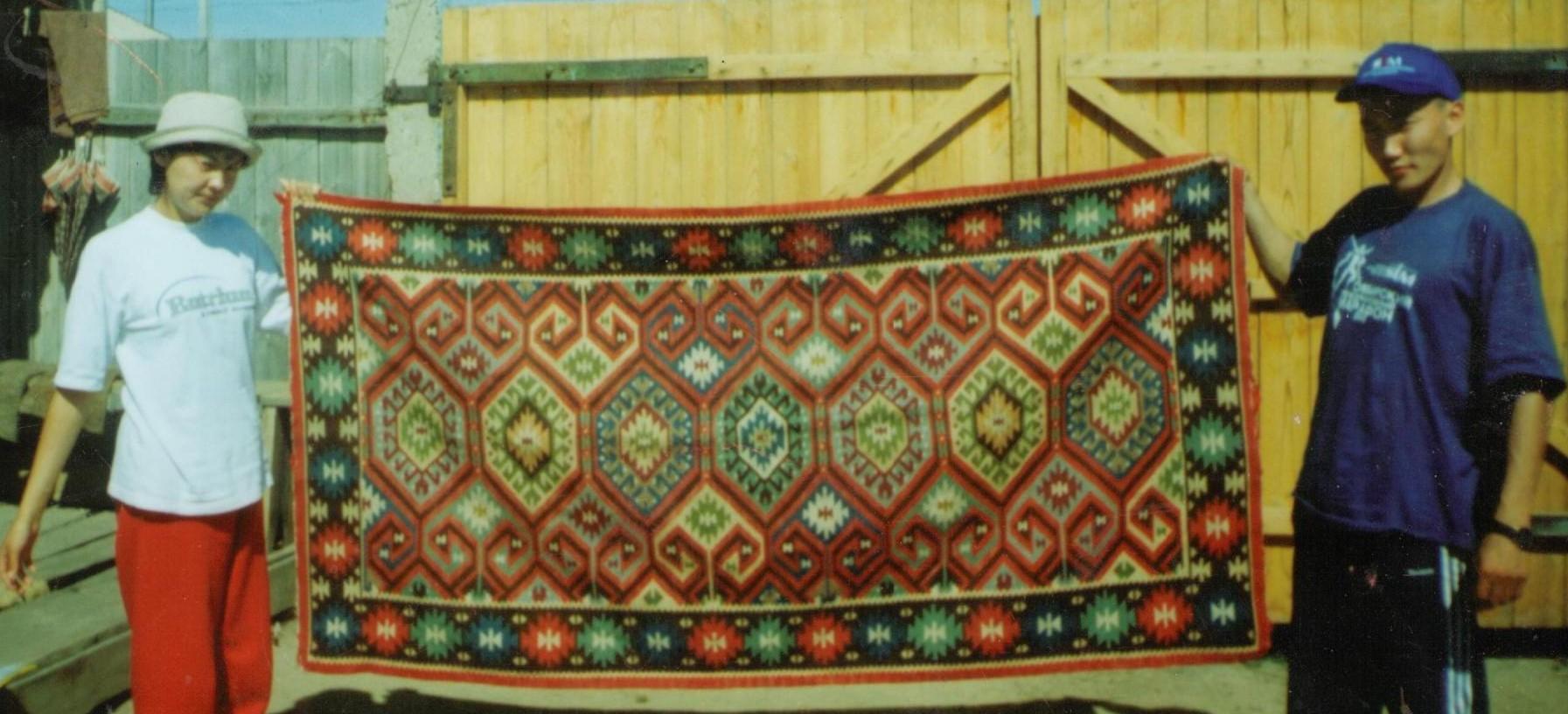с. Ракиты. Михайловский район, 2003 г. А. Дайрабаева, А. Суюндыков .